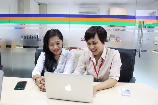Chị Đinh Thị Tuyết Trinh (bên trái) - Trưởng phòng Quan hệ doanh nghiệp và Giới thiệu việc làm, Viện Đào Tạo Quốc Tế FPT nhận được nhiều câu hỏi của độc giả Dân Trí về vấn đề việc làm.