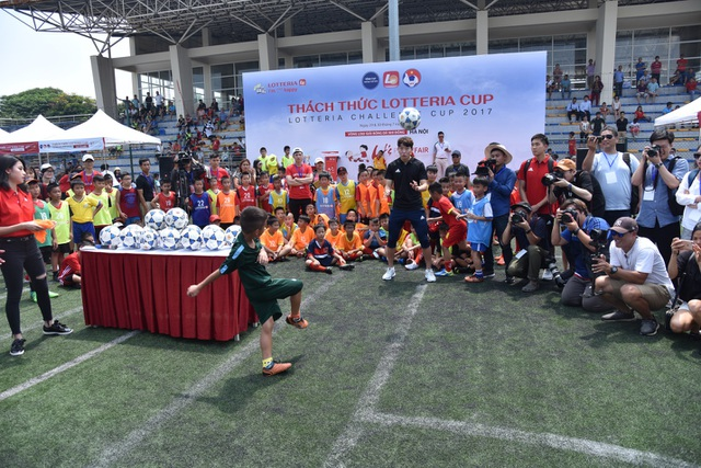 Các em thiếu nhi còn được học hỏi những kỹ thuật đặc biệt trong bóng đá như sút bóng và đánh đầu cùng các danh thủ Hàn Quốc.
