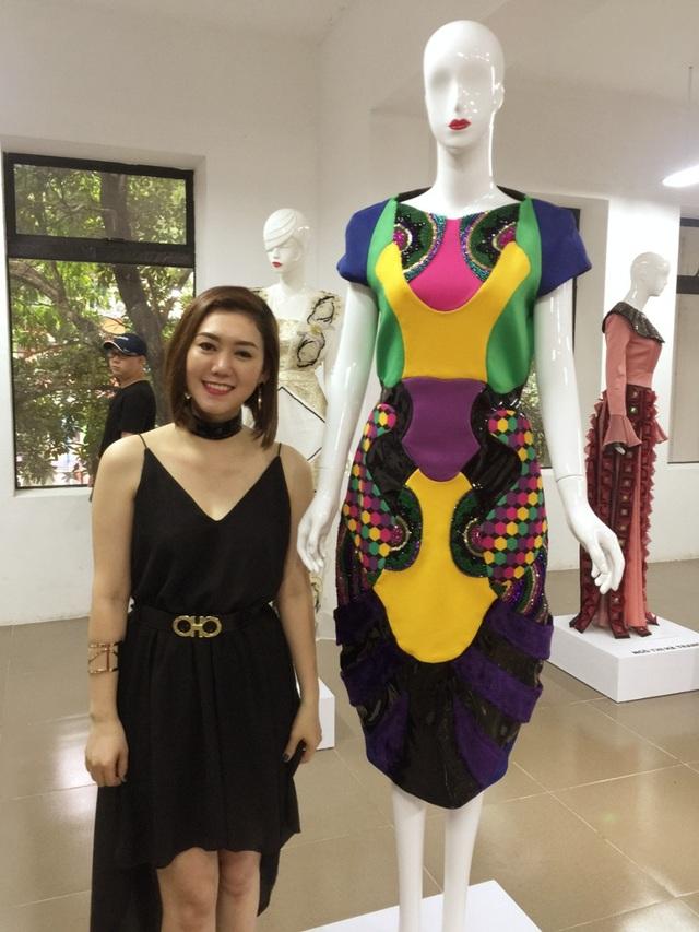 Tuyết Vân bên cạnh chiếc váy lấy cảm hứng từ loài ong của cô.