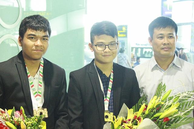 Lê Quang Tuấn(giữa) với 3 lần đạt huy chương tầm quốc tế.
