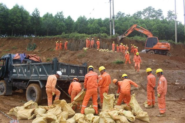 Công ty Điện lực Hà Tĩnh diễn tập phòng chống thiên tai tại huyện Hương Khê. (Ảnh: Hồng Vân)