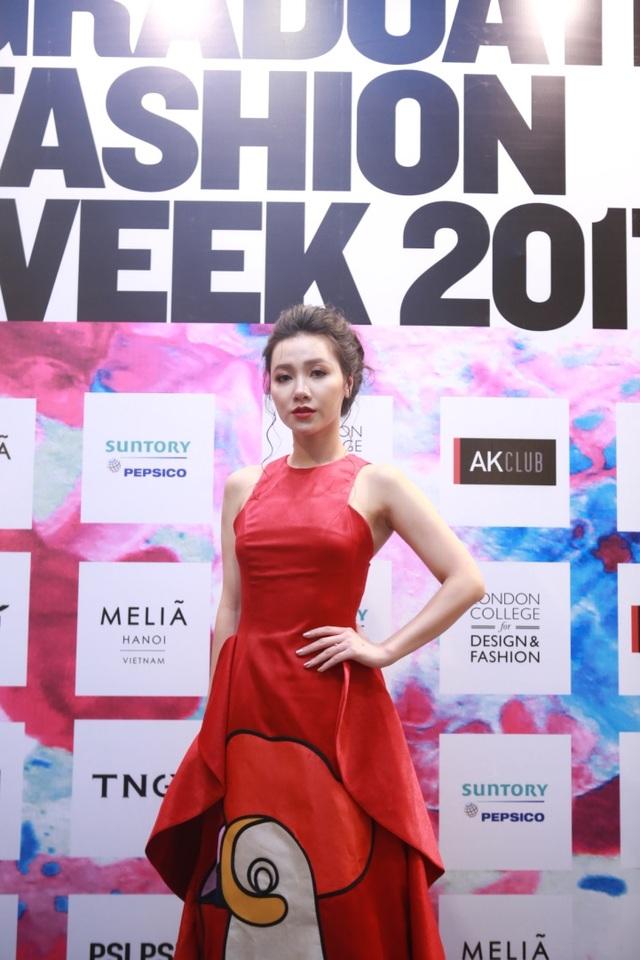 Bộ trang phục lấy cảm hứng từ Sarimanok – biểu tượng văn hóa của Philippines