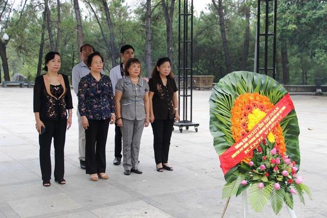 Chủ tịch Hội Khuyến học Việt Nam dâng hoa, dâng hương tại Nghĩa trang liệt sĩ Quốc gia Trường Sơn