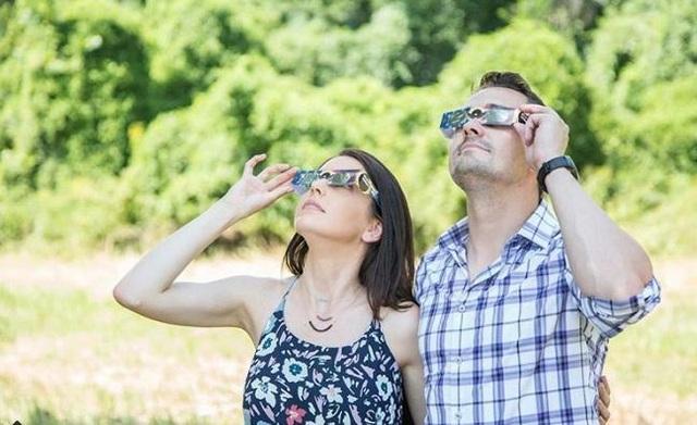 """Cặp đôi chuẩn bị cả kính chuyên dụng để ngắm nhìn khoảnh khắc """"có một không hai"""""""