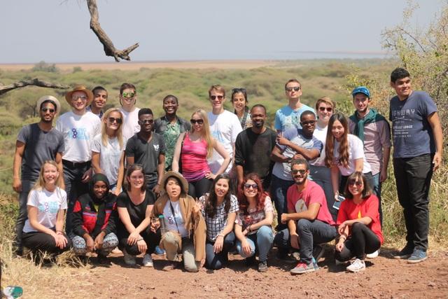 Huyền Trang (hàng trước, ngoài cùng bên phải) cùng các thành viên trong một chuyến đi thực tế
