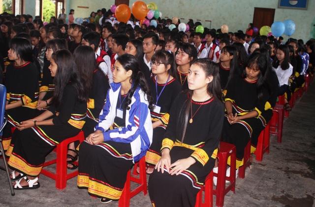 Những em học sinh trường THPT DT Nội trú tỉnh Gia Lai tham dự lễ khai giảng năm học mới (ảnh Phạm Hoàng)