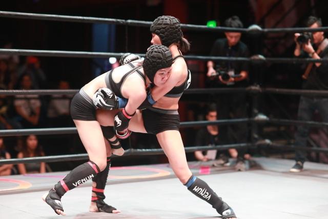 Các nữ võ sĩ nóng bỏng đã cống hiến một trận đấu không kém phần kịch tính, máu lửa