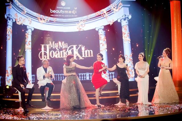 Trên sân khấu, dàn người đẹp và hoa hậu không tuổi của showbiz Việt vui vẻ trò chuyện, giao lưu với khán giả về những bí quyết trẻ mãi với thời gian với Tiến sỹ-Bác sỹ Mỹ Torchizy.