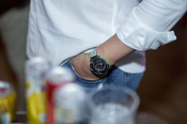 Từ bỏ tất cả để khởi nghiệp ở tuổi 40, Daniel Niederer đã mang đến một cuộc cách mạng cho ngành đồng hồ, đặc biệt ở phân khúc tầm trung. Trong bữa tiệc anh đeo 1 chiếc P3-1 được nghệ sĩ Rocketbyz vẩy màu tạo nên diện mạo khác hoàn toàn.