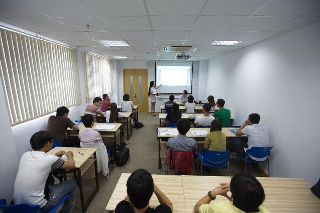 Sinh viên quốc tế học tập trong môi trường hiện đại.
