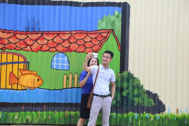"""Rất nhiều bạn trẻ đã tới chiêm ngưỡng và """"check-in"""" tại con đường tranh 3D dài nhất Việt Nam"""