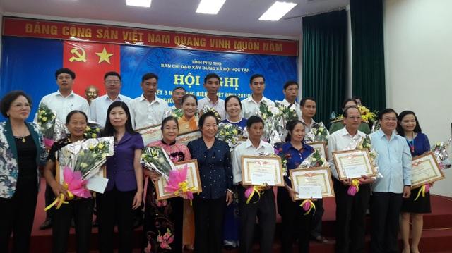 70 dòng họ, gia đình, cá nhân, đoen vị được khen thưởng trong công tác khuyến học tỉnh Phú Thọ.