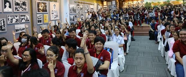 Buổi trò chuyện tại trường đại học Nguyễn Tất Thành diễn ra trong không khí cởi mở, nhiệt tình của hơn 300 bạn sinh viên.