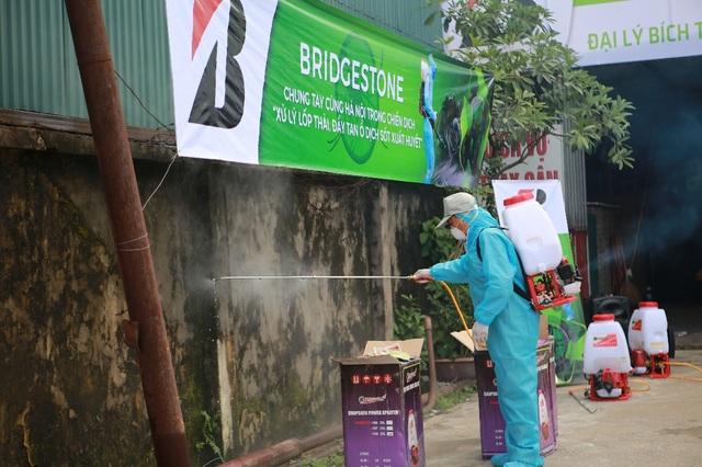 Các khu vực xung quanh bãi thu gom lốp phế thải được phát quang sạch sẽ và phun thuốc xịt muỗi nhằm diệt trừ mầm bệnh