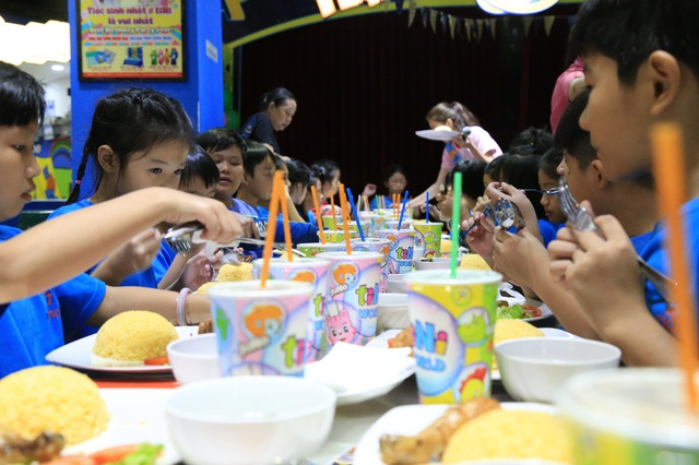 Chương trình có chuẩn bị sẵn phần ăn cho các em để các em thỏa sức vui đùa cả ngày dài với các trò chơi thú vị tại tiNiWorld