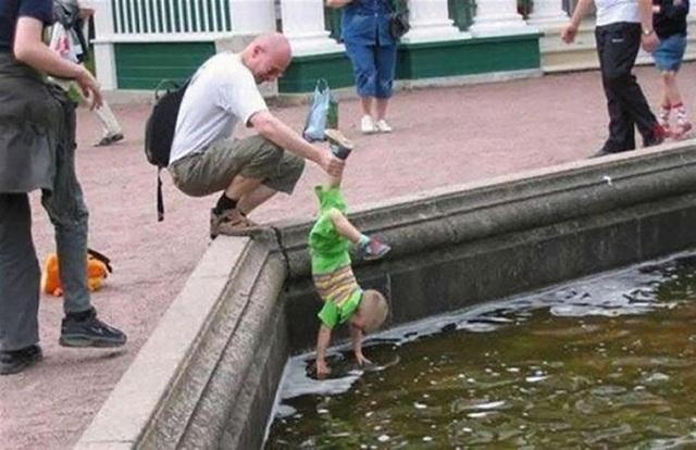 Nếu con đã thích nghịch nước thì sẽ cho con nghịch thỏa thuê, miễn sao không bẩn người là được