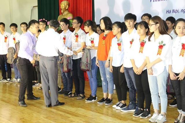 Lãnh đạo Tổng hội Y học Việt Nam và lãnh đạo Bệnh viện K trao quà cho các thủ khoa.