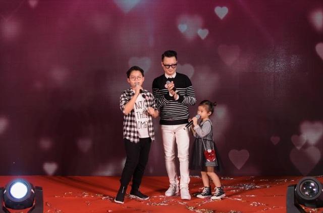 3 bố con Hoàng Bách biểu diễn rất dễ thương tại họp báo ra mắt Thương hiệu Truyền thông mới của Tổng cục Du lịch Singapore