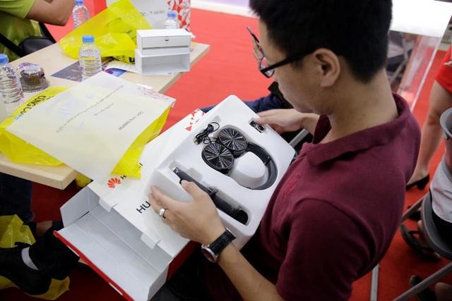 Khách hàng mở hộp quà tặng từ Huawei nova 2i