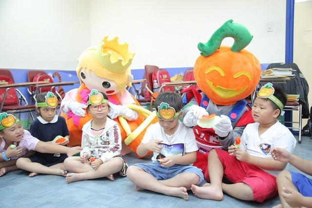 Các em học sinh được học từ vựng mới thông qua câu chuyện Jack-O-Lantern và chơi trò thiết kế kẹo bí ngô đầy sáng tạo.