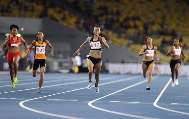 Tú Chinh (chính giữa) đã chính thức lật đổ vị trí số một của Thái Lan ở nội dung 4x100m tiếp sức nói riêng và môn điền kinh tại SEA Games nói chung