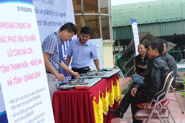 Hỗ trợ sửa chữa thiết bị điện tử cho người dân sau bão lũ - 3