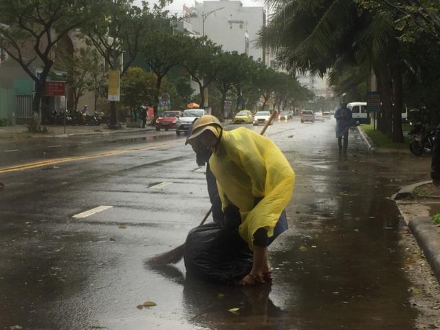 Cổng chào ven biển Đà Nẵng đổ sập trong bão - 13