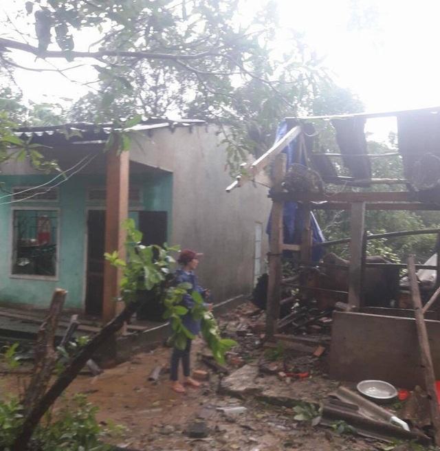 16 nhà dân ở xã Bình An (huyện Bình Sơn) cũng bị lốc xoáy làm tốc mái