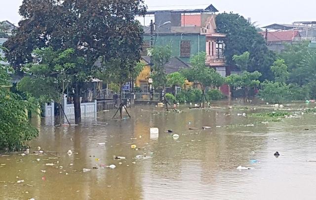 Nhiều hộ dân ở bờ bắc sông Hương vẫn chìm trong nước lũ