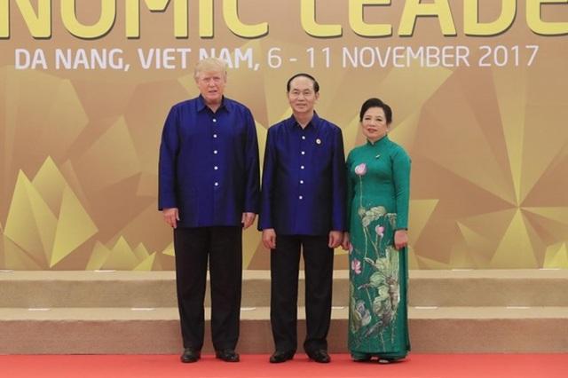 Chủ tịch nước Trần Đại Quang cùng Phu nhân đón Tổng thống Mỹ Donald Trum ngày 10/11. Ảnh APEC