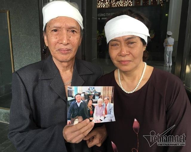 Ông Vương Hoa Khải (bên trái) và tấm ảnh chụp chung cùng cụ Minh Hồ.