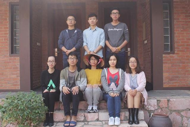 Tấm ảnh Nhi chụp cùng những người bạn trong cuộc thi, khi tham gia vòng Thử thách Nhà chung