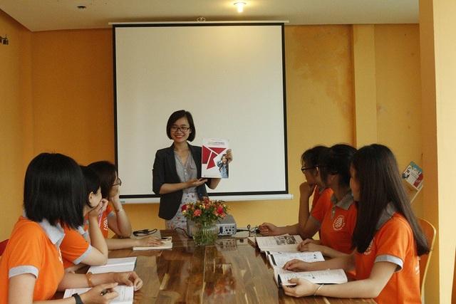 Cô giáo Quỳnh Nguyễn trong giờ giảng dạy tại Anh ngữ Amazing YOU.