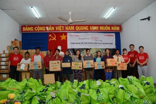 LOTTE Mart và báo Khánh Hòa trao tặng quà cho bà con tại xã Suối Cát, Huyện Cam Lâm, tỉnh Khánh Hòa