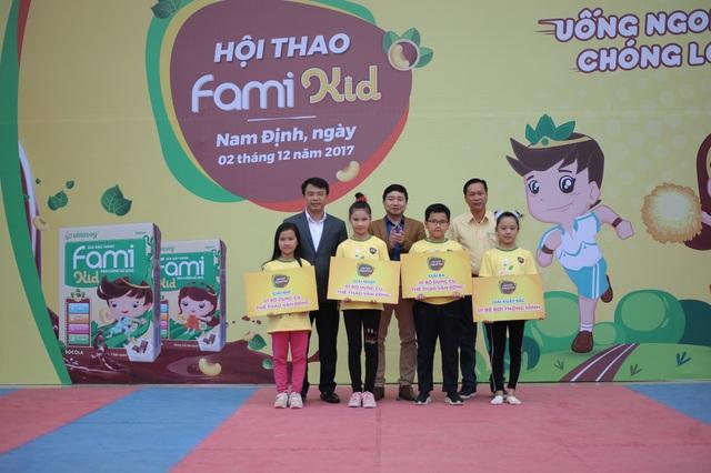 Các đội đoạt giải vui mừng nhận quà từ chương trình.