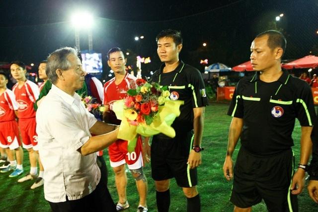 Ông Đinh Khắc Diện, Phó CT Liên đoán bóng đá Bình Đình tặng hoa cho trọng tài trước khi điều khiển chung kết.