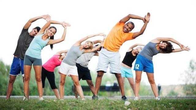 Trong đó, việc tập thể dục với bệnh nhân đái tháo đường rất cần thiết. Ngoài những lợi ích chung như giảm nguy cơ tim mạch, giảm cân, kiểm soát đường huyết… việc tập luyện thường xuyên rất có ý nghĩa với người bệnh. Bởi sẽ giúp làm giảm nồng độ insulin nền và sau ăn; cải thiện sự nhạy cảm insulin. Việc tập luyện giúp cải thiện tăng huyết áp nhẹ hoặc trung bình, tăng sử dụng năng lượng, sức cơ và độ dẻo dai. Riêng với những người có nguy cơ cao đái tháo đường tuýp 2, việc tập luyện có thể ngăn ngừa nguy cơ này.