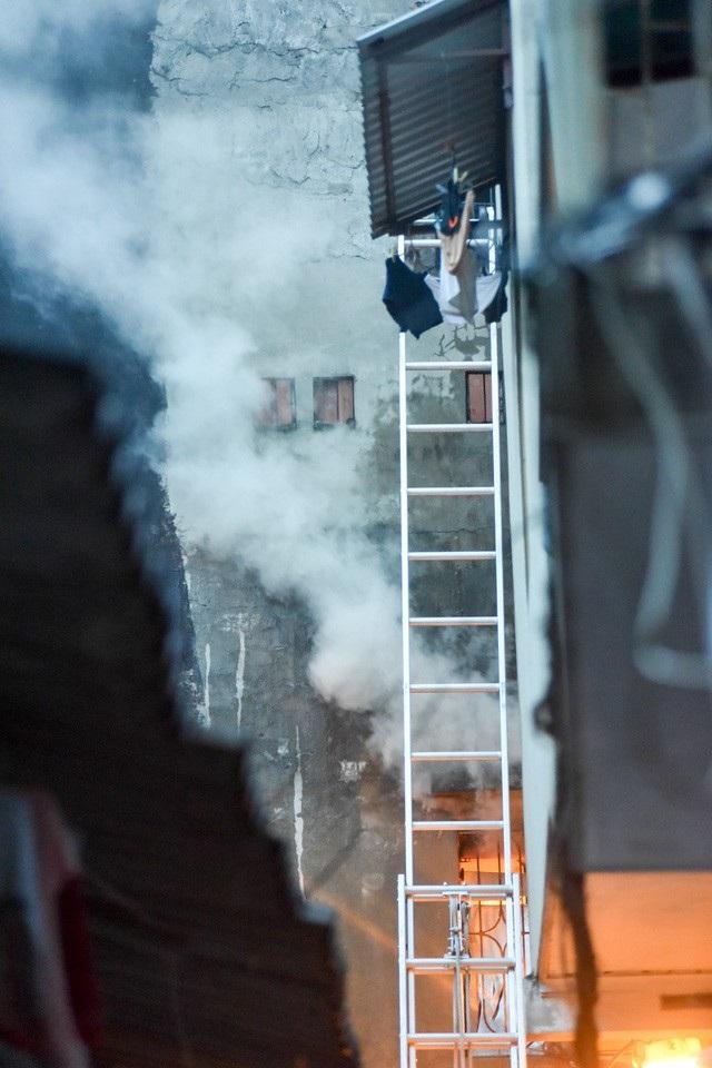 Tới 17h, ngọn lửa vẫn chưa thể khống chế, khói đen bốc nghi ngút. Lực lượng chức năng cho hay, trong nhà có nhiều phụ tùng nội thất ô tô nên việc dập lửa khó hơn.