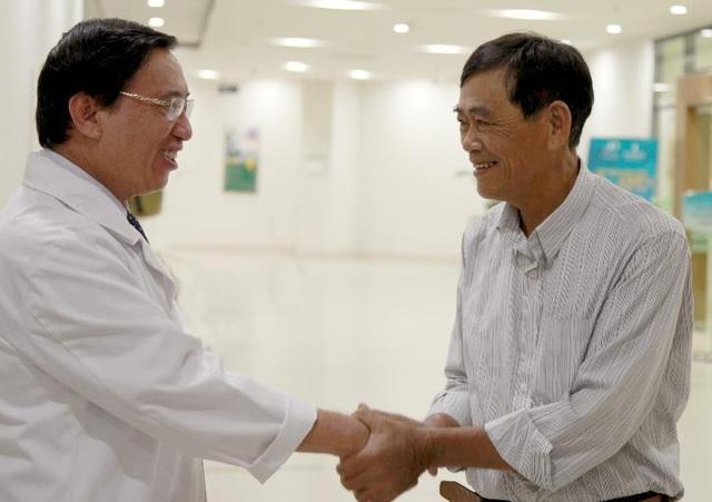 Khỏe mạnh sau khi được can thiệp TAVI thành công, ông Đào Xuân Lời (bìa phải) bày tỏ lời cảm ơn sâu sắc tới GS Võ Thành Nhân - Trưởng khoa Can thiệp Tim mạch, Bệnh viện Vinmec Central Park