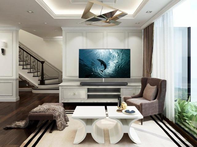 Mọi đường viền, gờ chỉ tinh xảo trên tường và kệ TV làm nổi bật lên vẻ quyền quý.