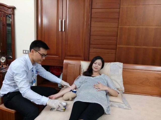 - Xét nghiệm nội tiết tố gồm FSH, LH, E2, Prolactin, Progesterone, Testosterone: Ngoài chức năng đánh giá nội tiết tố của buồng trường, xét nghiệm còn chẩn đoán và điều trị hiếm muộn như vô kinh, kinh nguyệt không đều… Khi mang thai, mẹ bầu được chỉ định làm xét nghiệm nội tiết khi có dấu hiệu sảy thai, thai phát triển không tốt khi dưới 16 tuần tuổi.