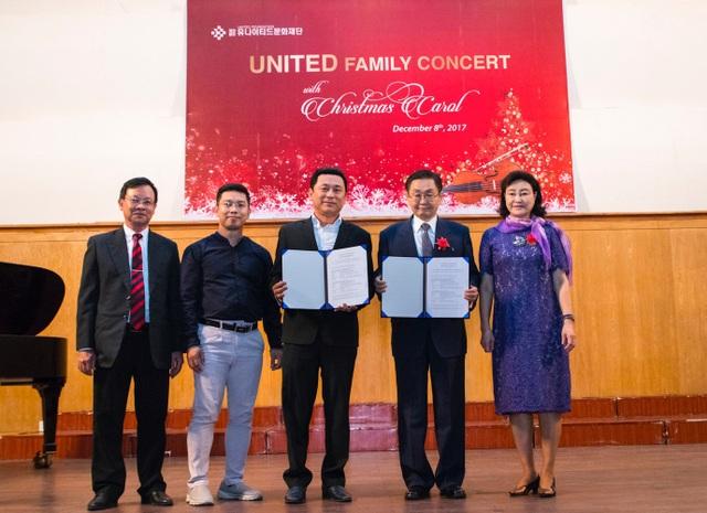 Ông Kang Duk-Young (thứ 2 từ phải qua) - Chủ tịch Công ty Korea United Pharm. Nghệ sĩ ưu tú Tạ Minh Tâm (thứ 3 từ trái qua) kí thoả thuận thành lập dàn hợp xướng United Youth Harmony Choir.