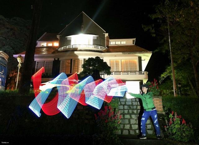 """Chơi đùa cùng ánh sáng dễ dàng với chế độ """"light painting"""" / """"light graffiti"""" từ Huawei nova 2i"""
