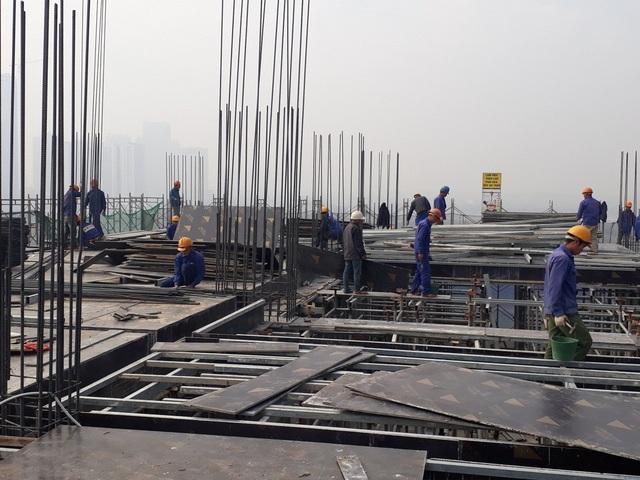 Rất đông công nhân đang thi công ghép cốp pha sàn tầng 11