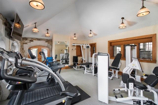 Một phòng tập gym được trang bị đầy đủ các loại máy tập