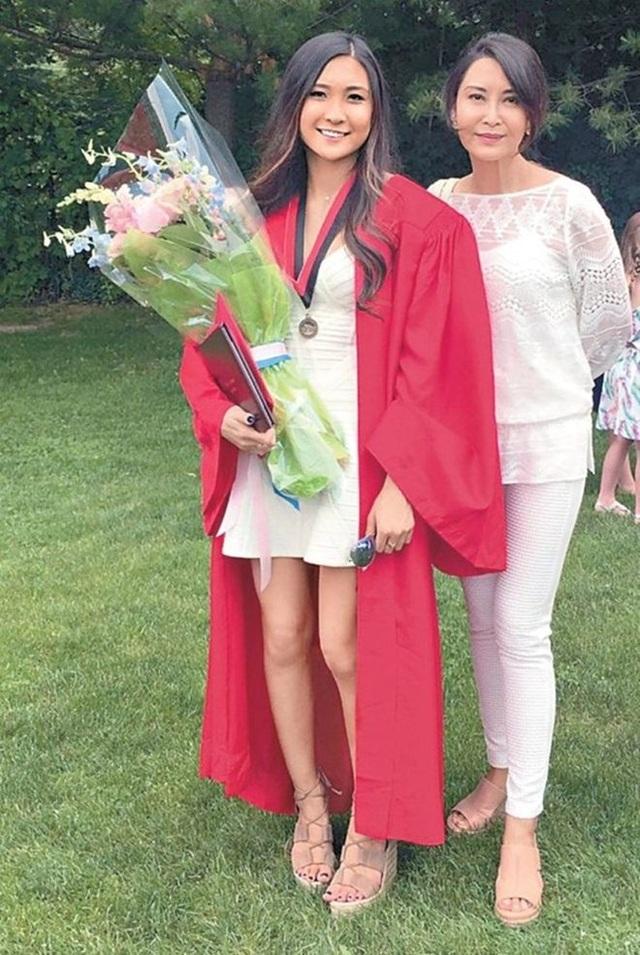 Bà mẹ ba con ăn mặc giản dị tới chúc mừng buổi lễ tốt nghiệp trung học của cô gái đầu lòng – Hồ Chỉ Hân vào giữa tháng 6 vừa qua