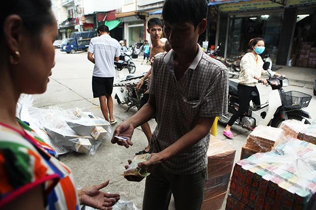 Nhờ buôn bán đồ cho người chết mà nhiều người dân ở xã Song Hồ trở nên giàu có. Phố Hồ dài khoảng 1km nhưng san sát nhà cao tầng