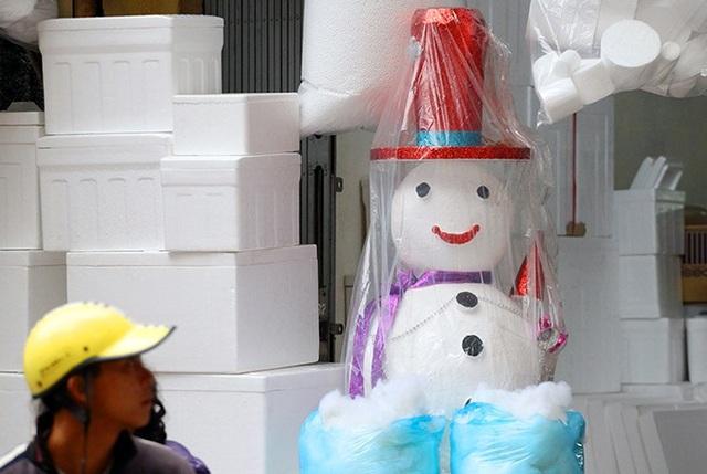 """""""Nặn"""" người tuyết, nghề độc lạ ở Thủ đô mùa Noel - 11"""
