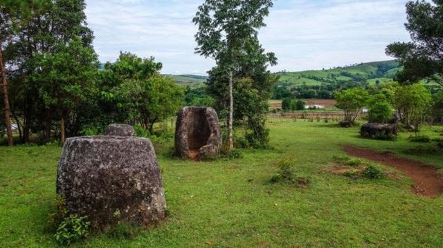 Vào đầu những năm 1930, một chuyên gia từ Pháp kết luận rằng chum đá liên quan tới nghi thức an táng thời tiền sử. Các khai quật của các nhà khảo cổ học Lào và Nhật Bản cũng tìm thấy hài cốt người và đồ sứ quanh chum đá.