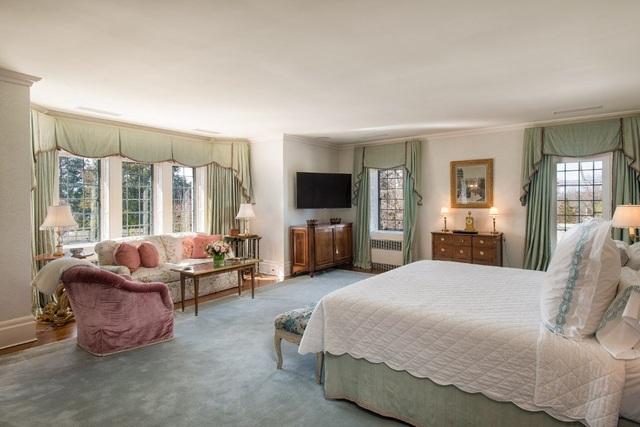 Tòa lâu đài rộng lớn này chỉ có 8 phòng ngủ, 6 phòng ngủ ở khu vực nhà chính và 2 phòng ở khu vực nhà khách